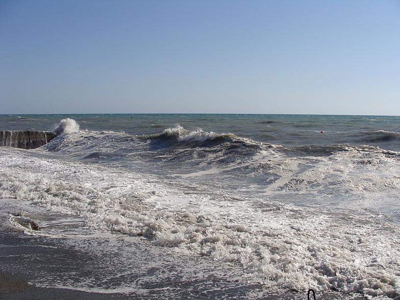 На пляже курортного городка Адлера штормит