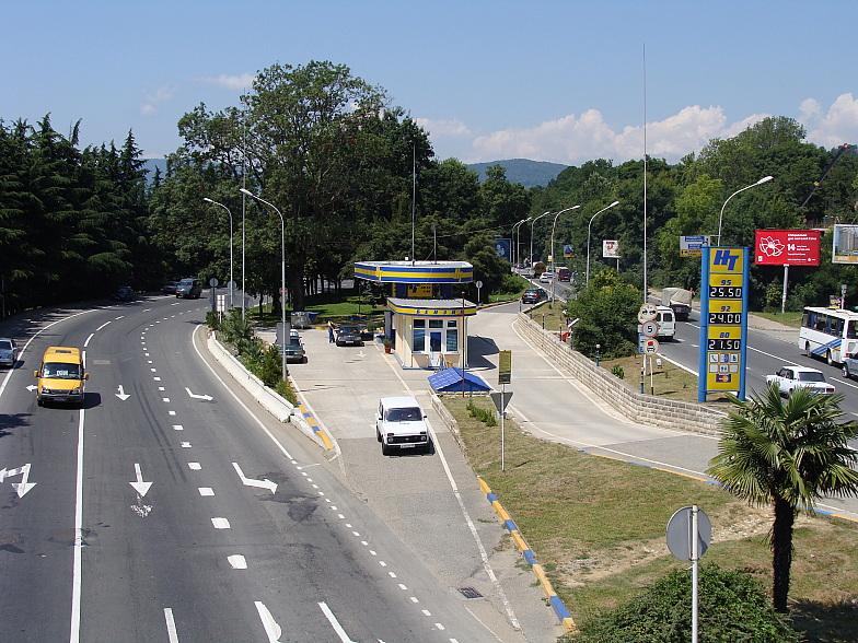 Улица Ленина проходит через весь Адлер и является составной частью магистрали ведущей на Сухум