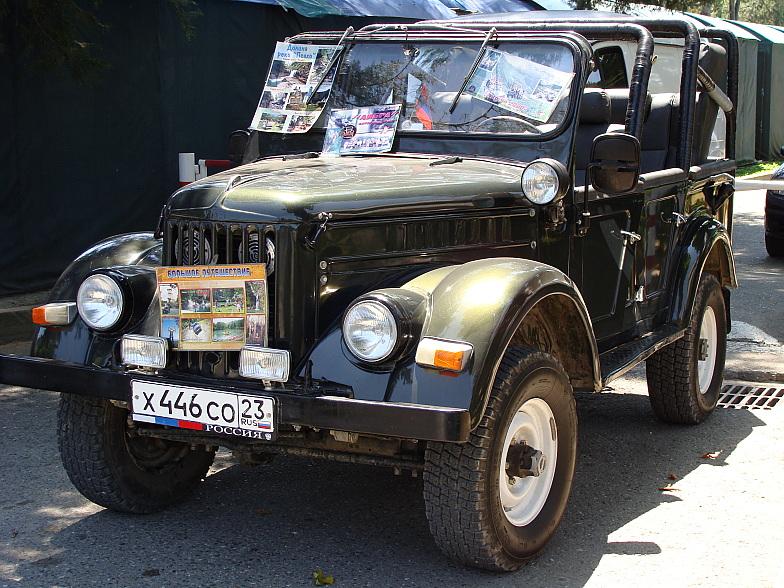 На таких машинах проводятся экскурсии в горы. Этот ГАЗ-69 в отреставрированном виде выполняет роль рекламной площадки.