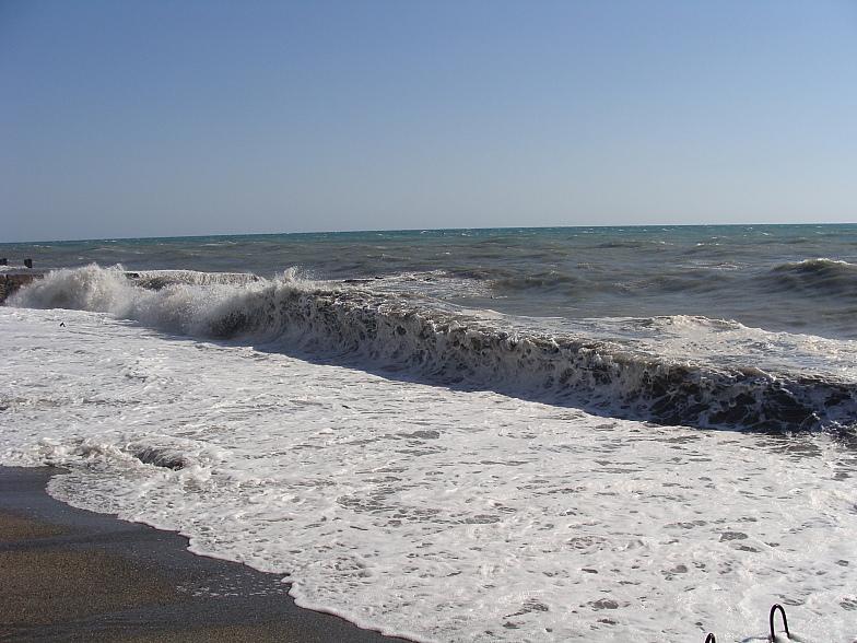 На пляже курортного городка в Адлере