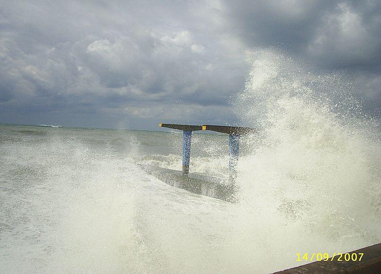 В Адлере штормит Чёрное море