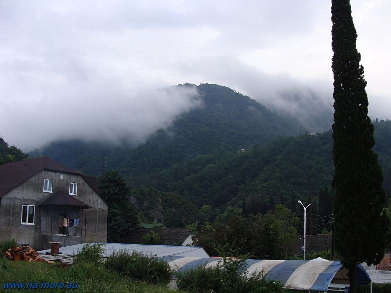 Абхазия. С высоких гор спускается туман.