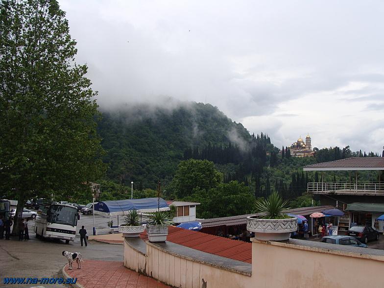 Около входа в Новоафонские пещеры. Абхазия.