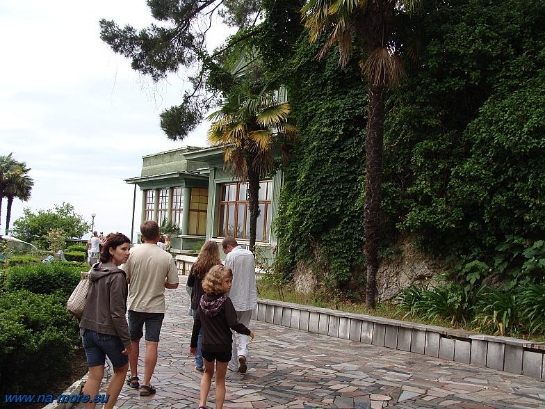 Абхазия. Туристы идут на дачу Сталина.