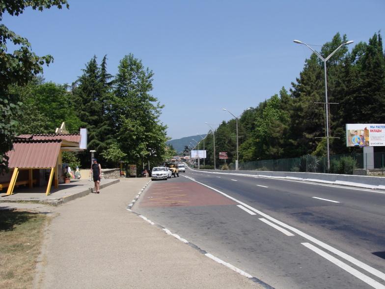 Улица Ленина в Адлере, по которой следует транспорт в Сочи.
