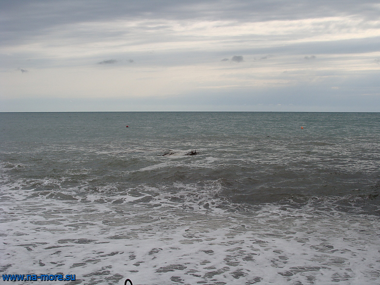 Чёрное море в курортном городке Адлера