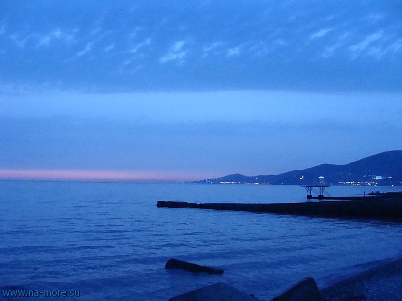 Чёрное море. Так выглядит Сочи со стороны Адлера.