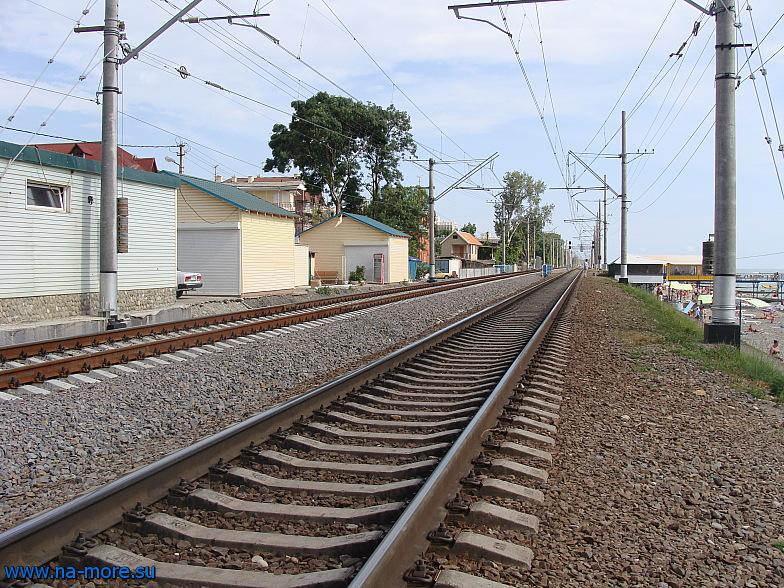 Построенные вторые железнодорожные пути на подходе к станции Адлер.