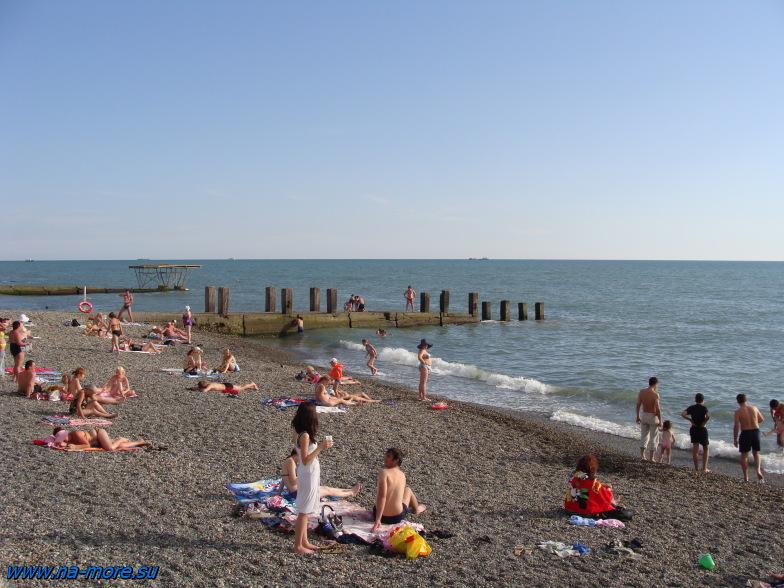 На пляже курортного городка Адлера