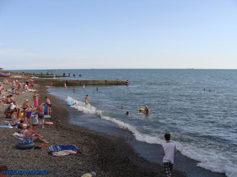 Чёрное море. На пляже курортного городка в Адлере