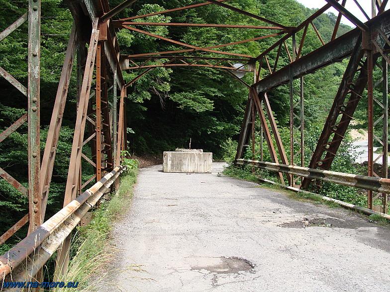 Остатки старого Краснополянского шоссе и старый мост через реку Чвижепсе.