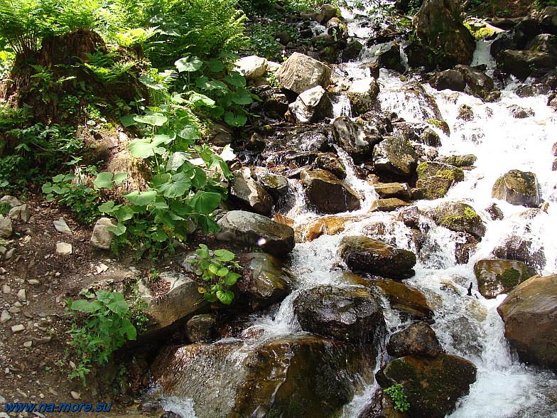 Горный ручей среди камней.