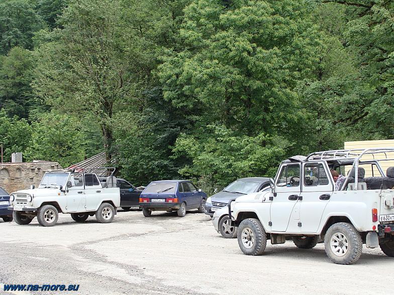 Около подъёмника Альпика-Сервис УАЗики ждут туристов для подъёма в горы.