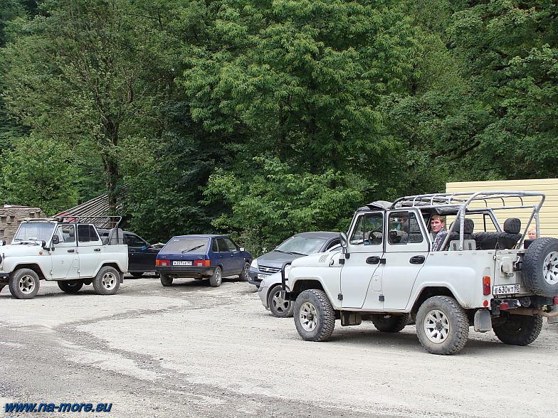 Эсто-Садок. Альпика-Сервис. УАЗики ожидают желающих ехать в горы.
