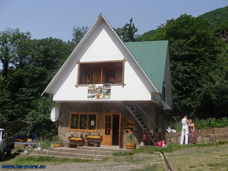 В этом домике на Краснополянском шоссе дегустируют и покупают продукты пчеловодства.