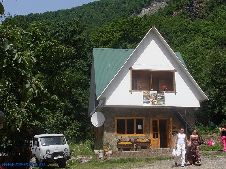 На пасеке Краснополянского пчёлохозяйства. В этом домике дегустируют и покупают мёд.