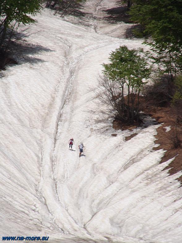 Снежный спуск на лёд озера Хмелевского.