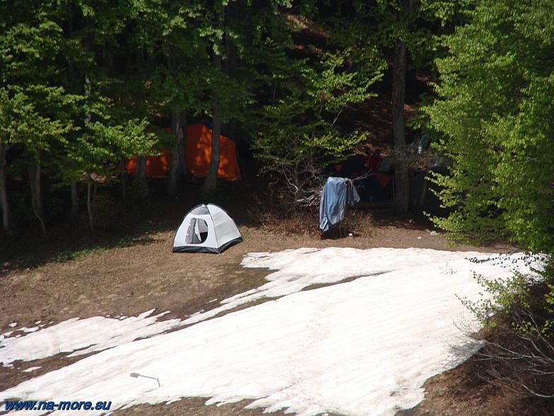 Туристические палатки на берегу озера Хмелевского.