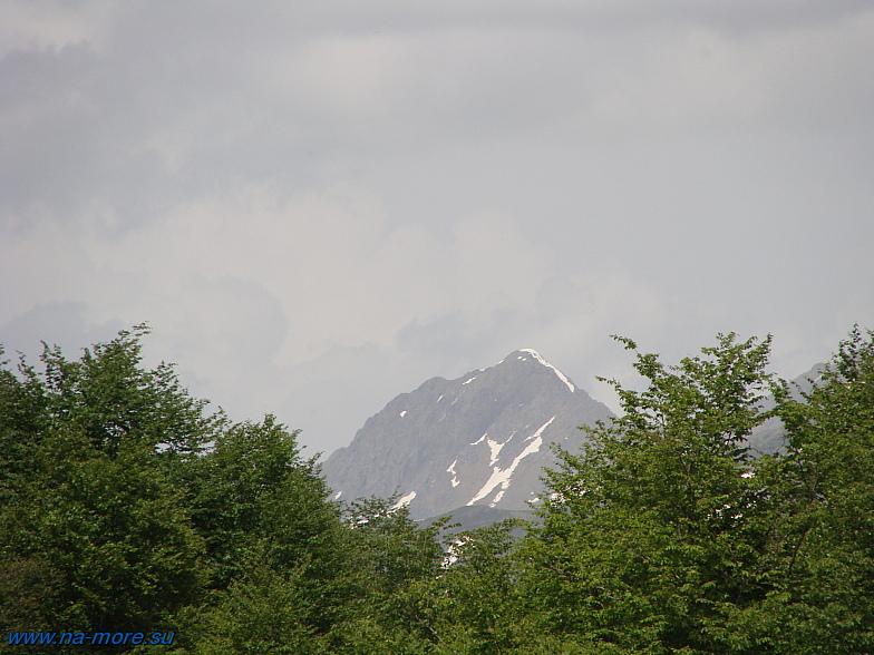 Горные вершины Кавказа недалеко от Красной Поляны.