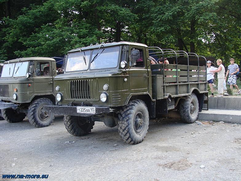 ГАЗ-66 около экскурсионной тропы на  33 водопада.