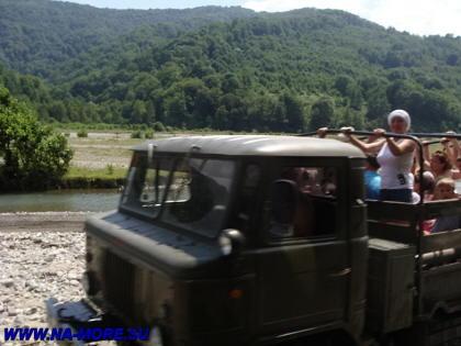 Встречный ГАЗ-66 едёт к водопадам