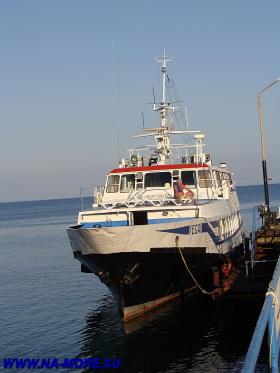 Прогулочный теплход на пристани Пицунды