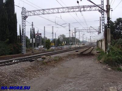 От станции Адлера железнодорожные пути отходят в сторону аэропорта.