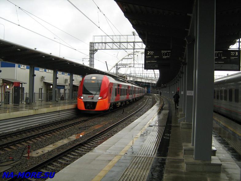 Электропоезд Ласточка на платформе в Адлере