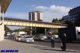 Остановка общественного транспорта на ул. Ленина в районе Адлеркурорта.