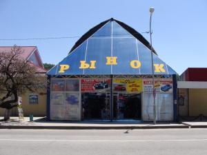 Рынок напротив автостанции посёлка Новомихайловский.