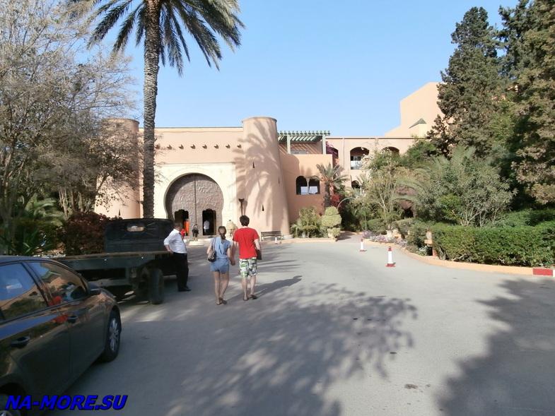 Тунис. Вход в здание отеля El Ksar 4*.