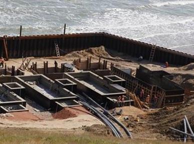 Заканчивается монтаж подводного электрокабеля в Крым.